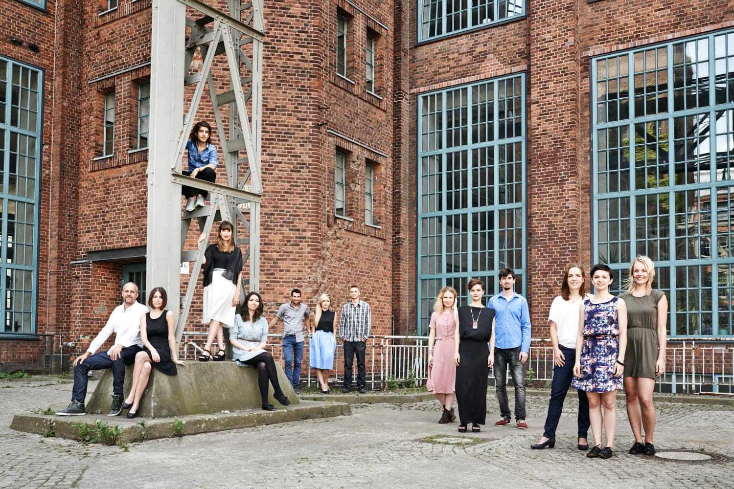 Teamfoto; Gruppenfoto; Team; The Hundert Vol 06; startup; gründer; magazin; editorial; Saskia Uppenkamp; Portrait; Fotograf; Fotografin; Berlin; Friedrichshain; Studio; On Location; Reportage
